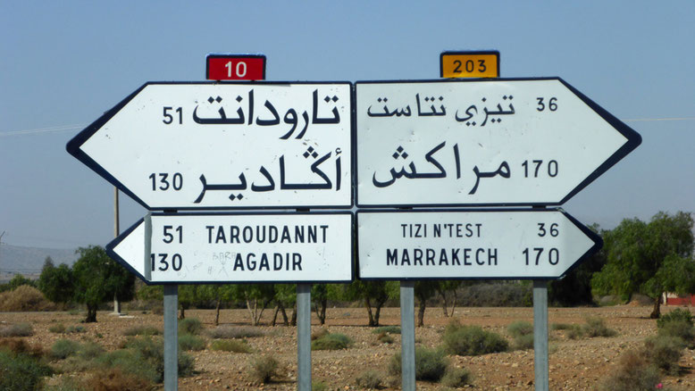 """Abzweig zum Tizi-n-Test Pass. Nun sind es """"nur"""" noch 170 km bis Marrakesch, aber die ziehen sich."""