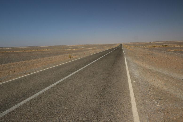 Von Erfoud geht es über leergefegte Landstriche in Richtung Merzouga und zu den Sanddünen des Erg Chebbi.