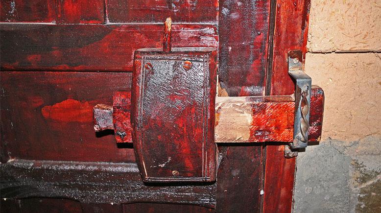 Und das ist unser hölzernes Türschloss von innen gesehen. Die Verriegelung erfolgt mit dem senkrechten Holzstab.