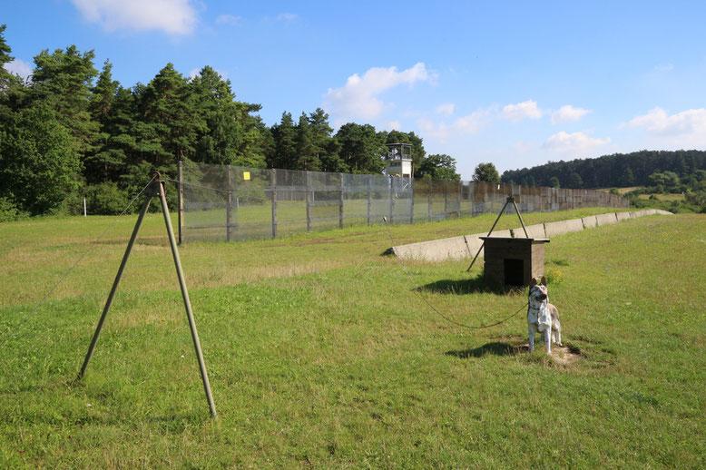 Kettenhund, Fahrzeugsperre und Grenzzaun.