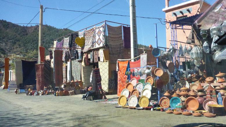 Verkaufsstände am Ausgang des Ourikatals.