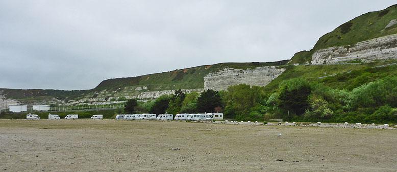 Stellplatz am Fuß der Klippen in Port d'Antifer, im Bildhintergrund, auf der linken Seite die Großtanks.