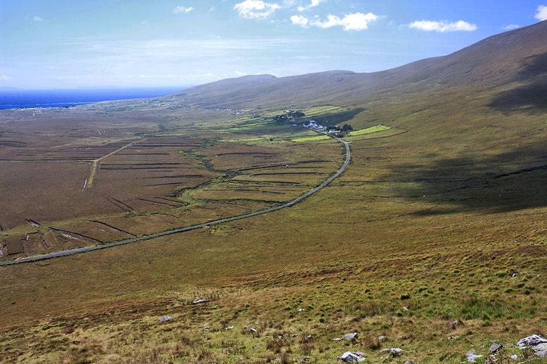 Ausblick auf halber Höhe auf dem Weg zu den Sendemasten. Mweelin Road und Umgebung.