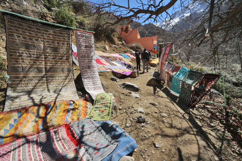 Verkaufsstände entlang des Bergpfades zu den Wasserfällen.