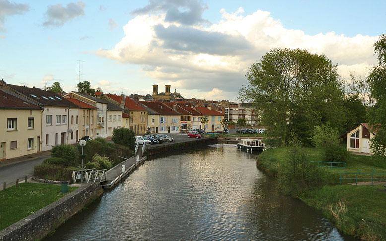 Abendstimmung im Hafenbecken von Stenay an der Meuse.