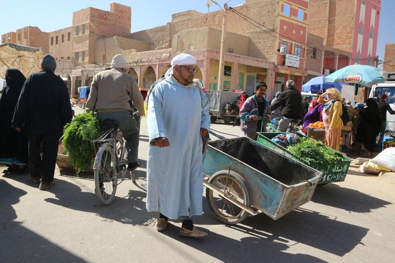 Menschen auf dem Weg zu den Souks.