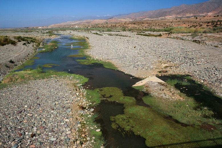 Die Nationalstraße 10 quert den Oued Souss (Asif Tifnout) beim Städtchen Aoulouz am Fuß des Atlas. Asif bezeichnet in den Berbersprachen einen (wasserführenden) Fluss, seltener auch ein Wadi.