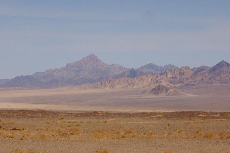 Die Wüste Lut (persisch Kavir-e Lut) liegt im Südosten des Iran. Inmitten der Provinzen Südkhorasan, Sistan-Baluchestan und Kerman gelegen, gilt sie als einer der am wenigsten erforschten Orte des Landes. Hier gibt es neben 700 Meter hohen Sanddünen auch