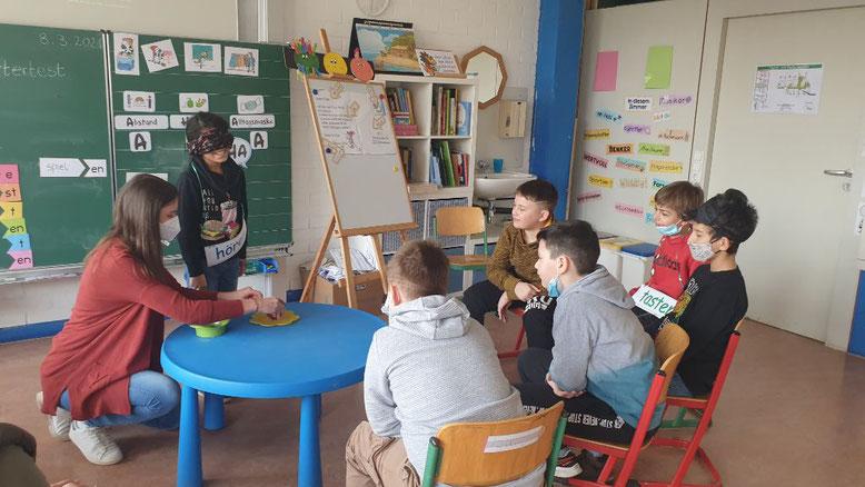 Tasten - Hören - Sehen: Unterricht in der Grundstufe 2 mit der Lehramtsstudentin Frau Heim - Bildergalerie auf Bild klicken