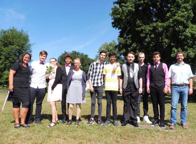 Unsere Entlass-Schüler 2019 mit Frau Mai und Herrn Kremer - Bildergalerie auf Bild klicken