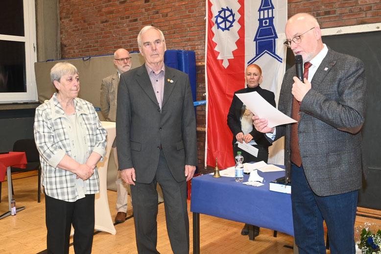 Bürgermeister Johann Hansen (r) ernennt seinen Vorgänger Hans-Heinrich Barnick (Mitte) im Beisein von dessen Ehefrau Renate zum Ehrenbürgermeister.