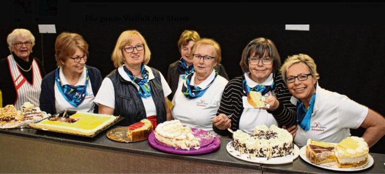 Die Schenefelder Landfrauen (v.l.) Anke Graf, Gesche Voß, Christa Lintelow, Gunhild Göttsche, Ute Löding, Hilke Ralfs und Gerda Heesch vom DRK sorgten für ein ebenso reichhaltiges wie schmackhaftes Kuchen- und Tortenbuffet.