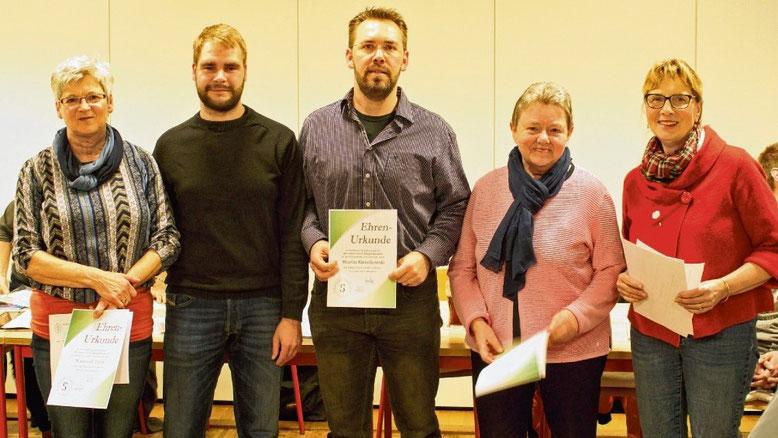 Der 2. Vorsitzende Daniel Boehm (2.v.l) ehrte (v.l.): Waltraut Thies, Martin Kwiatkowski, Else Ehlers und Beate Pentrup für 40-jährige Mitgliedschaft.