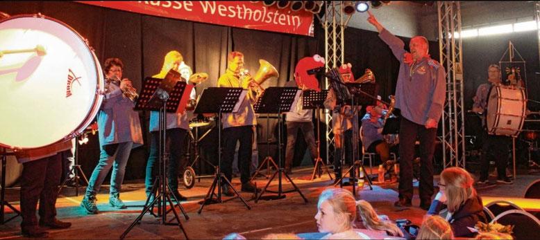 Premiere 2: Die Guggenmusikfreunde unter Leitung von Dirigent Wilfried Rutschmann (rechts) standen zum ersten Mal vor Publikum auf der Bühne.