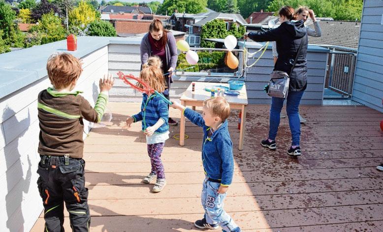 Die Kleinsten eroberten am Tag der offenen Tür zum Toben die Dachterrasse der Kindertagesstätte.