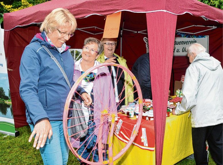 Auf ihrem Rundgang versuchte Elke Rusche ihr Glück beim Drehen am Landfrauen-Rad.