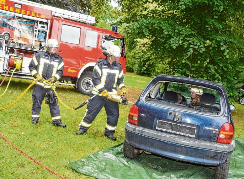 Die Schenefelder Feuerwehrleute demonstrierten ihre Einsatzgeräte.