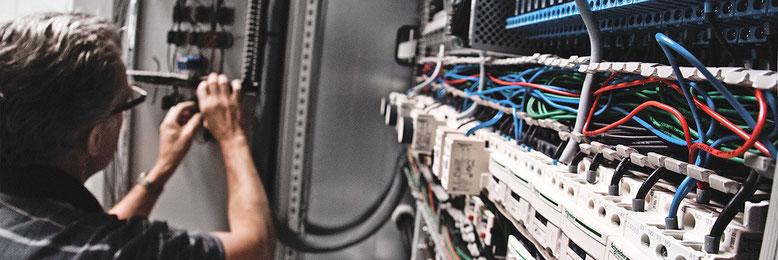 Elektromonteur bekabelt schakelkast in de werkplaats van Werkina Werkendam