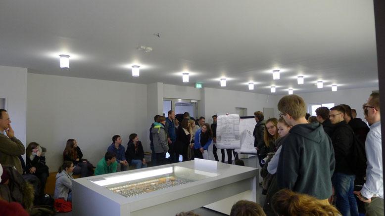 """Schülerinnen und Schüler bei der Abschlusspräsentation ihrer Ergebnisse des Projekttages """"Erinnerungskultur"""". Foto: A. Ehresmann, 17.2.2015"""