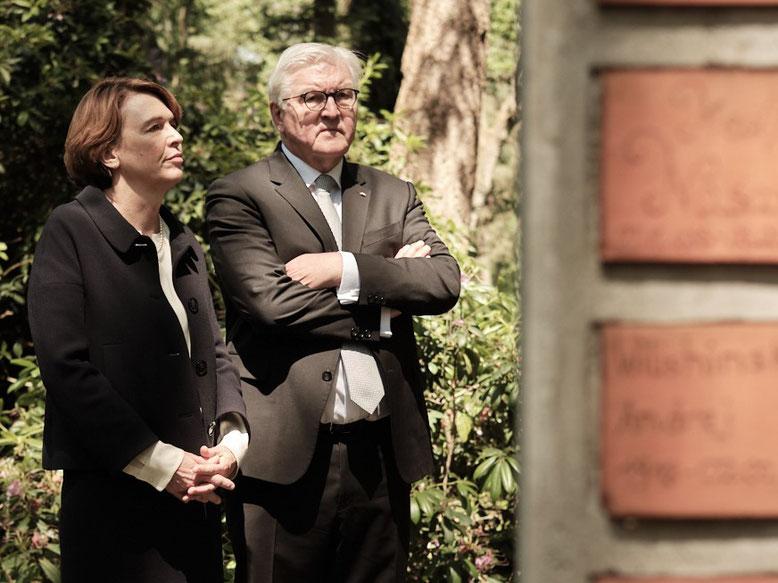 Bundespräsident Steinmeier und Elke Büdenbender auf dem ehemaligen Lagerfriedhof in Sandbostel. Foto: Daniel Nückel