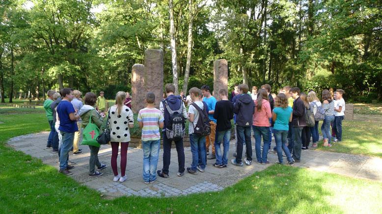 Konfirmandinnen und Konfirmanden bei einer Gedenkzeremonie auf dem ehemaligen Lagerfriedhof. Foto: A. Ehresmann, 13.9.2014