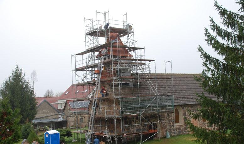 Turm und Westgiebel während der Sanierung