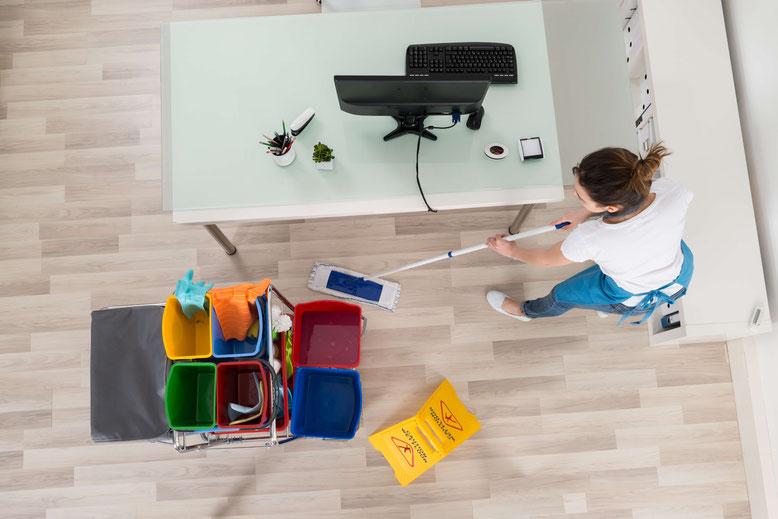 Putzfrau bei Büro-Reinigung