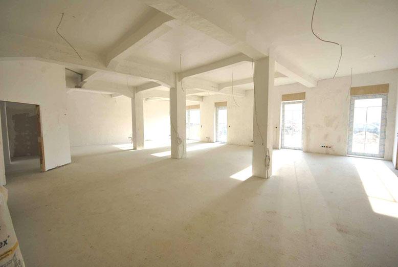Das über 100m² große Wohnzimmer von Wohnung 23 mit einer Deckenhöhe von über 3m.
