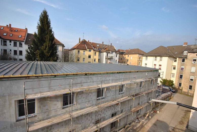 20. März 2015. Das neue Dach wird auf Haus Mokka montiert.
