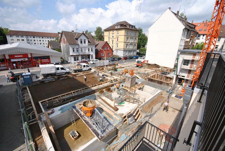 Juli 2015. Keller/Parklifte sind fertig, jetzt wächst der Bau nach oben.