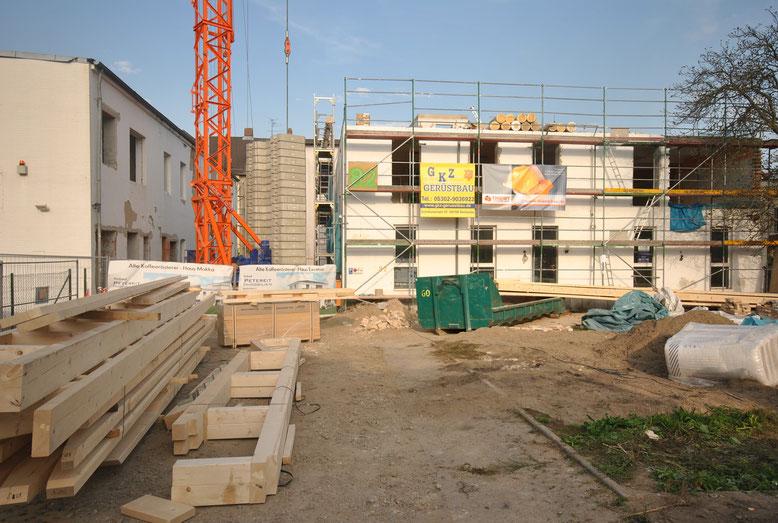 Rechts Haus Excelsa. Oben wird schon aufgebaut, unten noch entkernt.