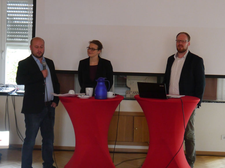 Der Vorsitzende der Metelener SPD, Tom van Goer (links), begrüßte Moderatorin Clara Beutler und Referent Jan-Handrik Wolke.