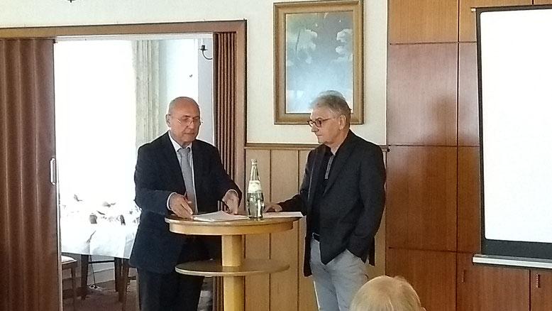 Moderator Helmut Brüning (l.) im Gespräch mit Dr. Christoph Strässer.