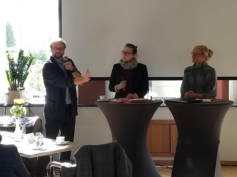Rafael Maiwald und Christina Kampmann diskutierten unter der Moderation von Clara Beutler (Mitte).