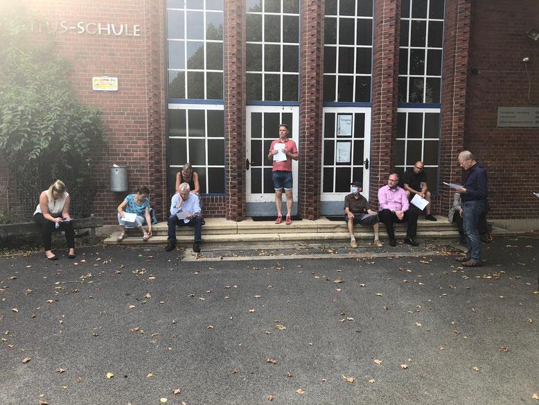 Auf dem Gelände der alten Grundschule erläuterte der Fraktionsvorsitzende Andreas Sievert (Bildmitte) die geplanten Baumaßnahmen auf dem Areal und kritisierte die mangelnde Beteiligung der Öffentlichkeit.