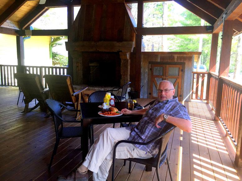 Lunch auf der Veranda im Mica´s Restaurant and Pub