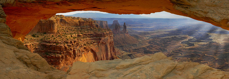 USA : Canyonlands National Park, Mesa Arch