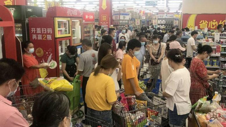 2021年8月2日、武漢市民はスーパーマーケットで大量の商品を購入しました。