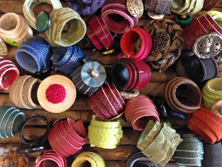 Wickelringe aus Leder und Stoff mit KNOPF