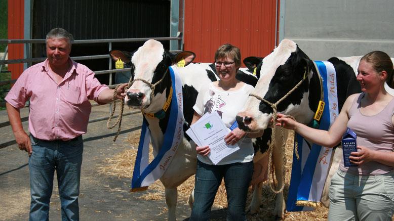 glückliche Milchviehhalter und zufriedene Kühe! vl. Reinhard, Janin, Christine, Janin und Christina