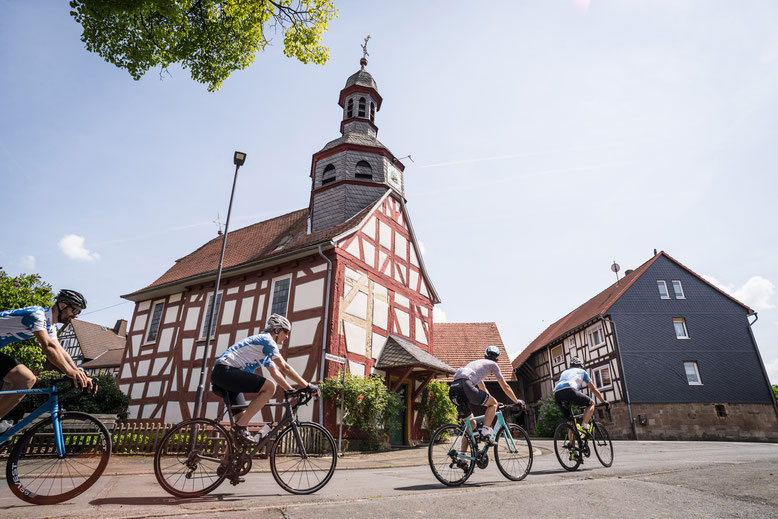 Rennradfahrer in Fachwerkdorf