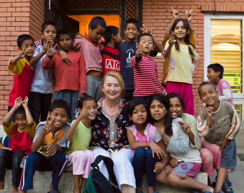 Rosi inmitten der charity's children