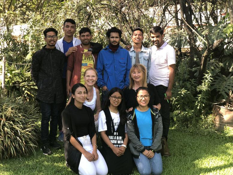 CFO-Studenten mit Dr.Rosi Schroeter Vorsitzende von Carisimo-Hilfe für Nepal