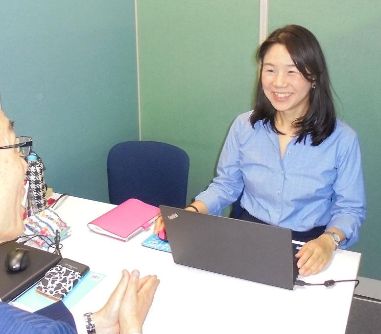 東京都港区のオフィスにて労務相談を行うトラスティ有明社労士事務所の頼木優子