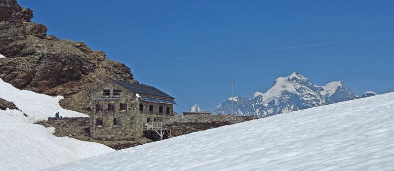 Die Mutthornhütte, mit Eiger, Jungfrau und Rottalhorn