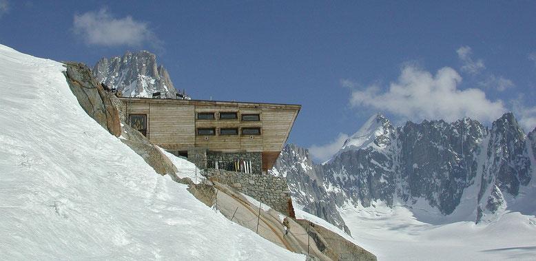 Refuge d`Argentière, darüber der Tour Noir, rechts davon der Dreiländer Gipfel Mont Dolent