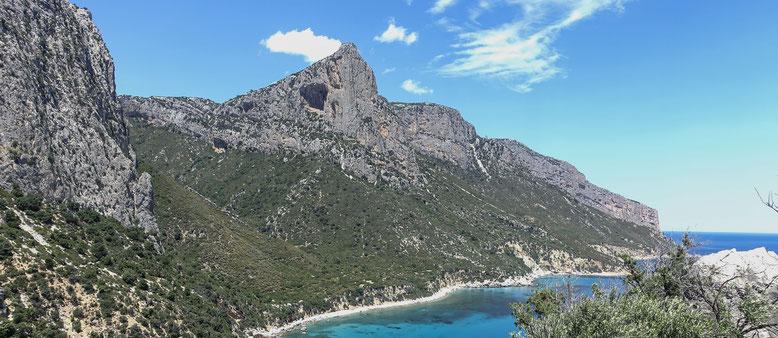 Blick kurz nach dem Tourstart bei Pedra Longa auf die Punta Giradili