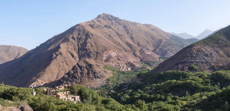 Im Aufstieg zum Refuge Toubkal, im Talgrund liegt der Bergsteigerort Imlil, Start und Endpunkt unserer Umrundung