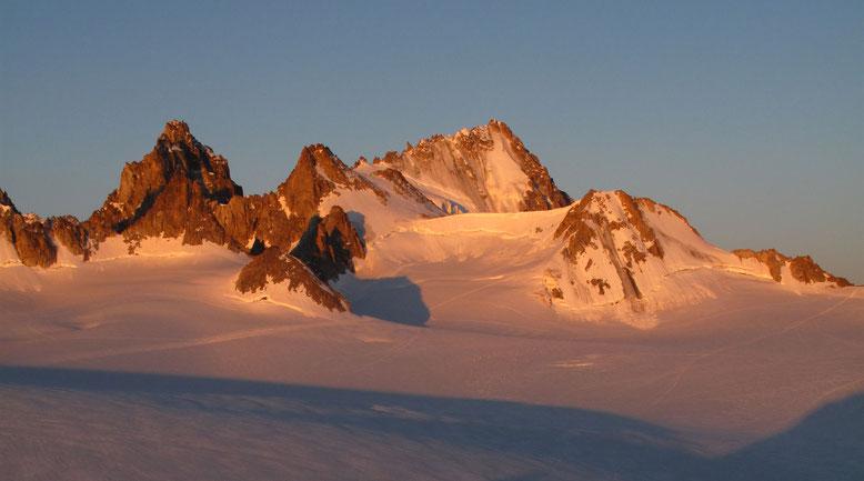 Eingebettet zwischen der Petit Fourche und der Tête Blanche, die Aiguille du Chardonnet mit dem gezackten Forbes Grat am Horizont