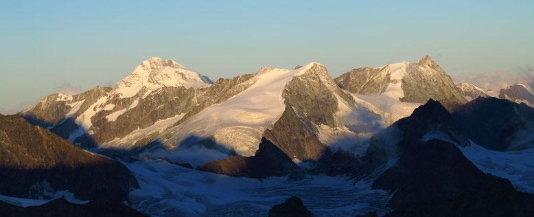 Grand Combin, Pigne d`Arolla und Mont Blanc de Cheilon, die Rosablanche liegt noch ein Stück weiter rechts davon